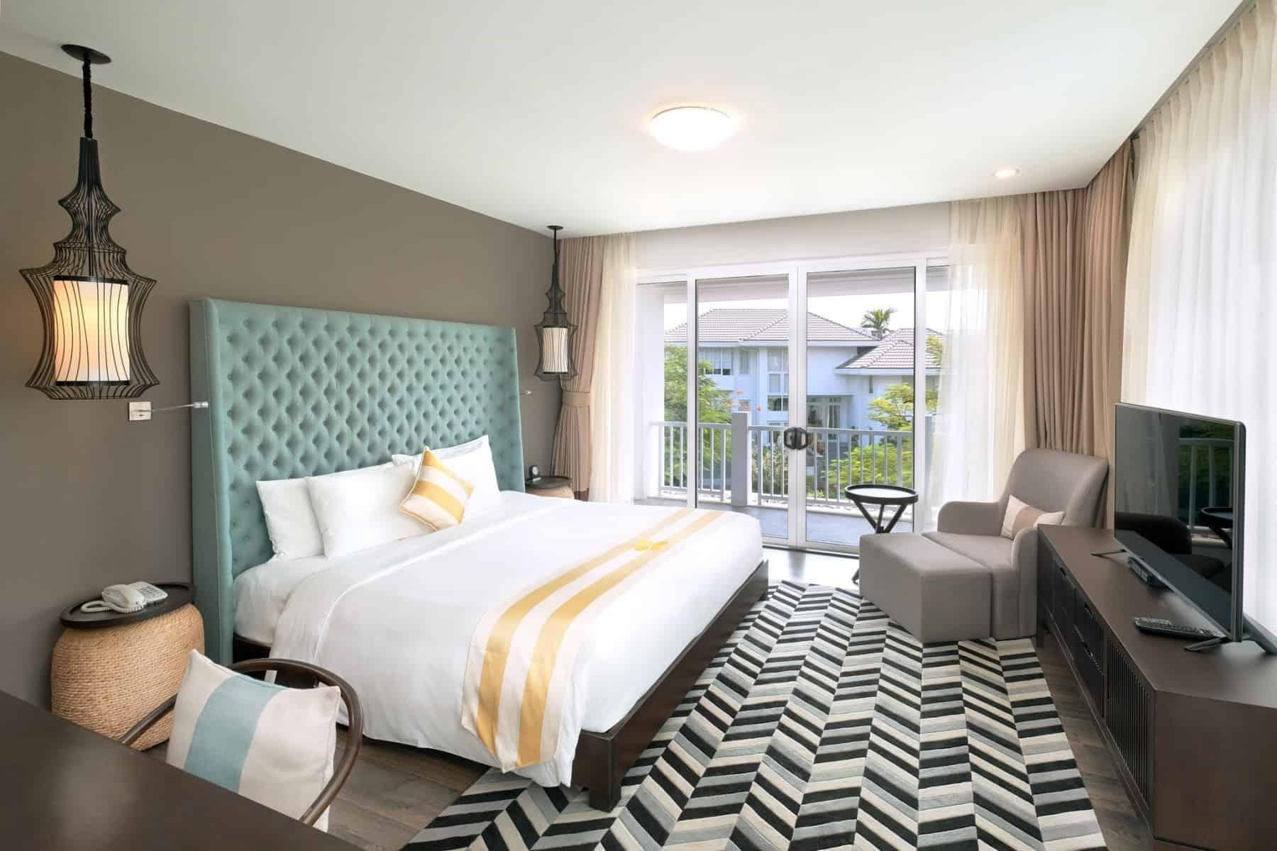 Phòng ngủ lớn được trang bị tiện nghi hiện đại, sang trọng