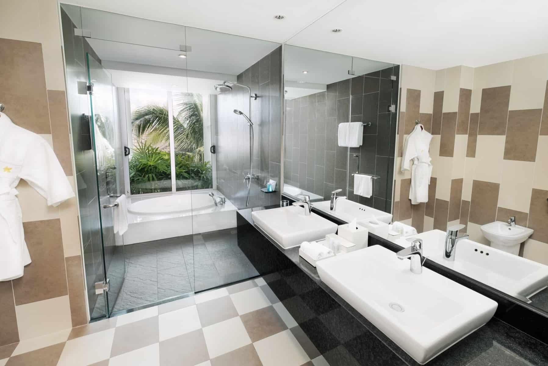 Phòng tắm hiện đại với view nhìn ra sân vườn