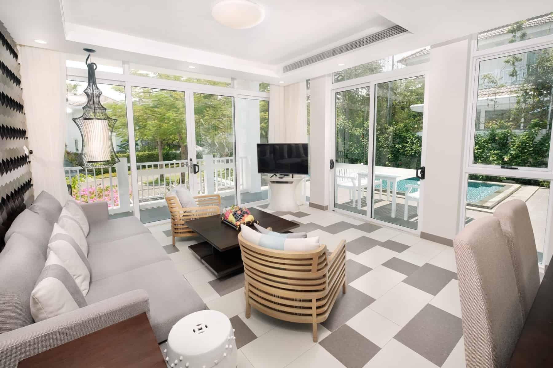 Phòng khách sang trọng, bao quanh là cửa kính để bắt trọn vẻ đẹp thiên nhiên