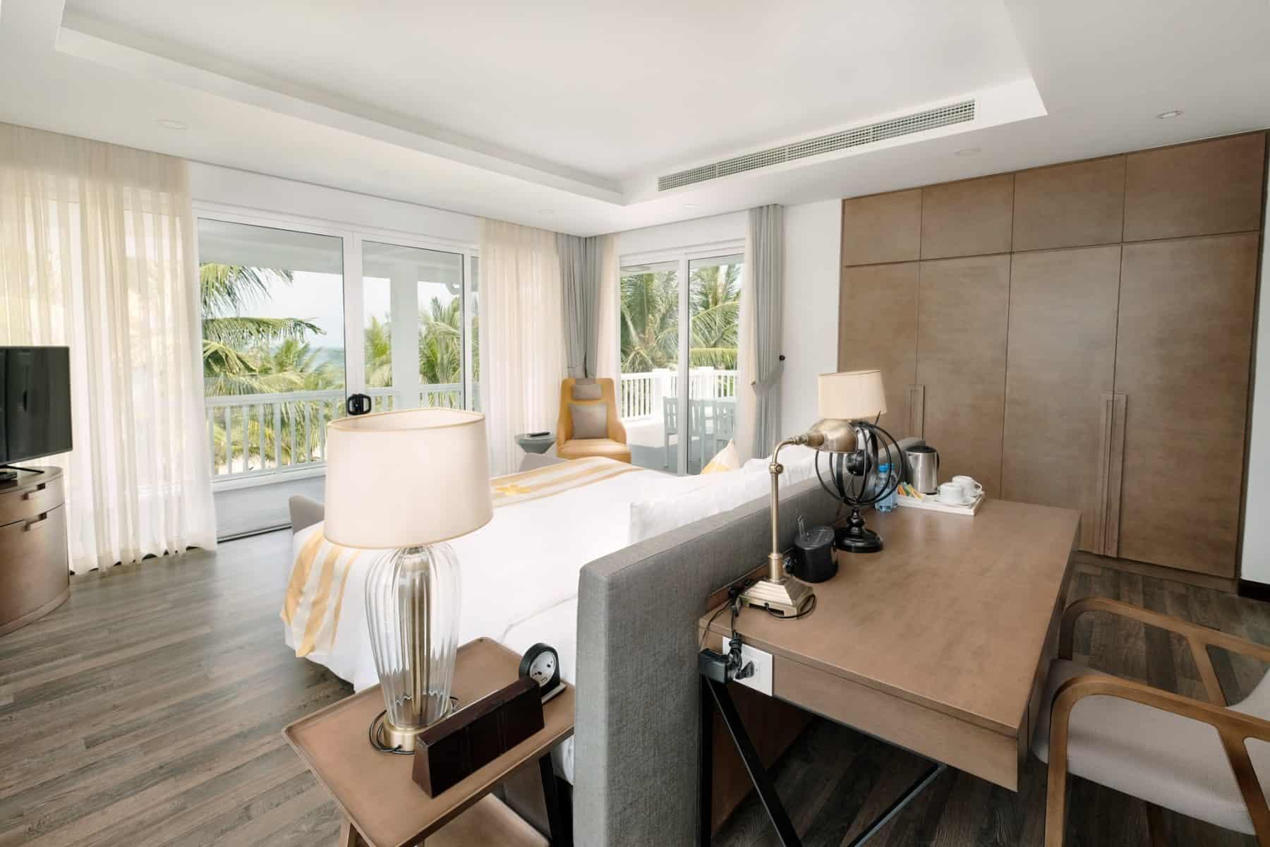 Phòng ngủ có cửa sổ rộng để cảm nhận trọn hương vị biển cả