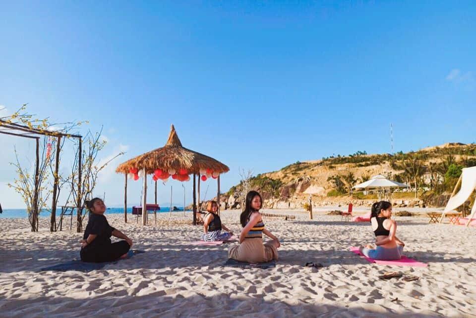 Yoga trên bãi biển cùng HLV chuyên nghiệp