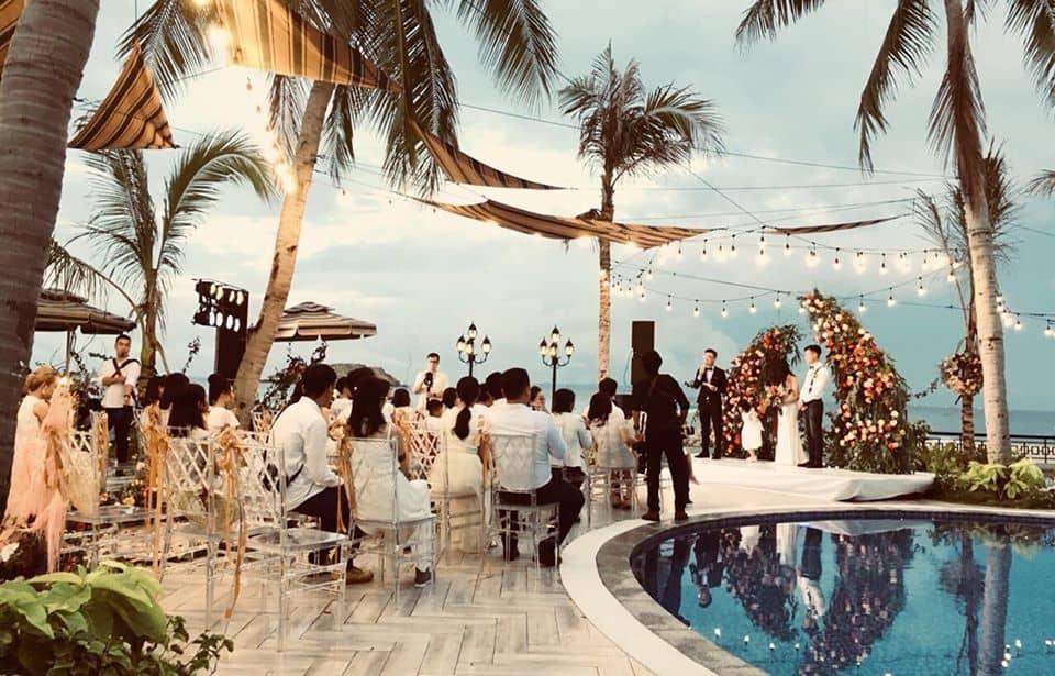 Đám cưới lãng mạn được tổ chức trên hồ bơi