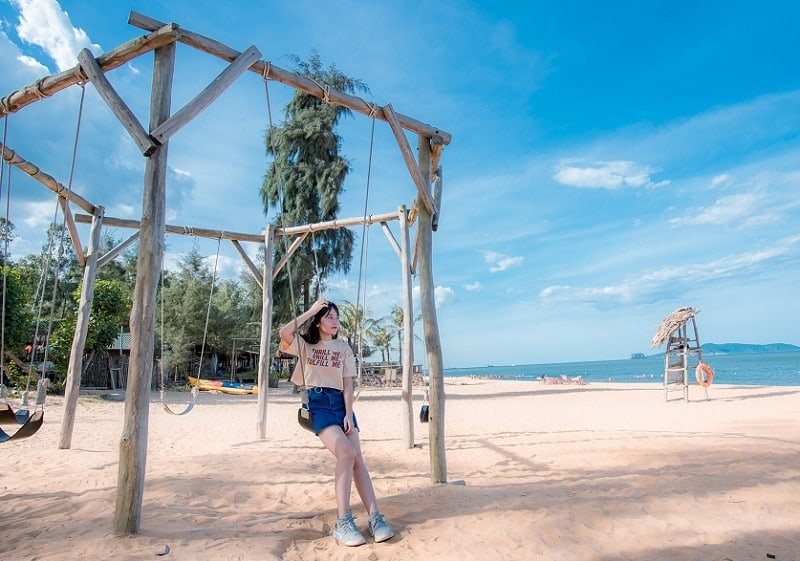 Bãi Đông là điểm check-in cực hấp dẫn cho những ai yêu thích trải nghiệm và tận hưởng vẻ đẹp hoang sơ - Nguồn ảnh: Internet