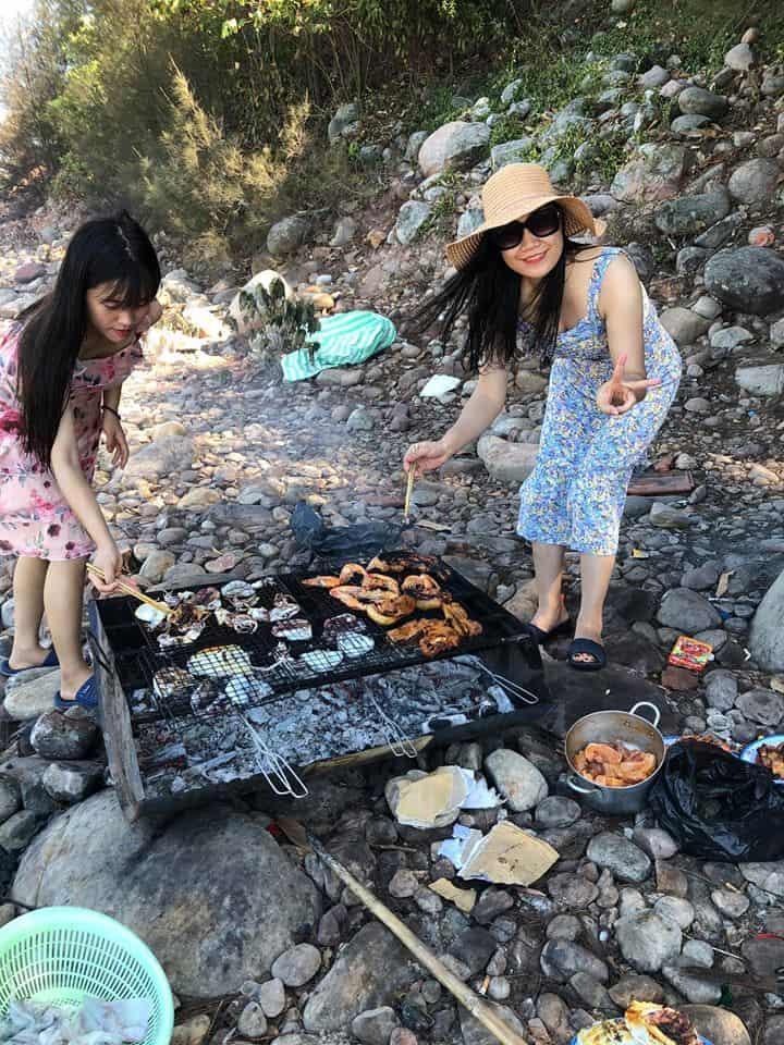 Tổ chức BBQ trên biển Bãi Đông cùng bạn bè - Nguồn ảnh: FB Đàm Ngọc Ánh