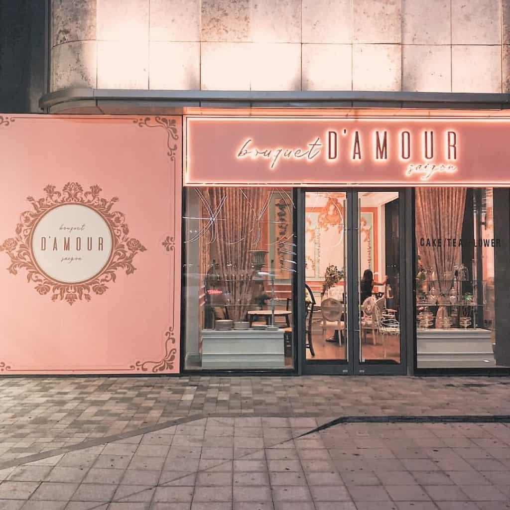 Gam màu hồng cực dễ thương cùng với nước và món ăn nhẹ cực ngon luôn là điểm thu hút khách hàng đến với Bouquet D'amour Saigon - Nguồn ảnh: Internet