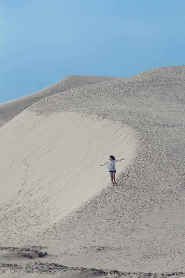 Thả mình giữa dải cát trắng của đồi Quang Phú. Hình: Nguyễn Minh Trang