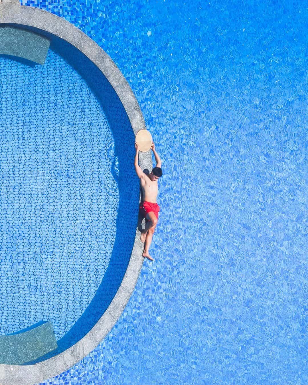 Thả mình giữa hồ bơi xanh ngắt của Gold Coast Hotel Resort & Spa. Hình: Instagram @soaipham