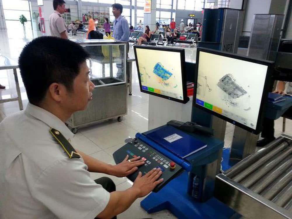 Các nhân viên sân bay luôn phải kiểm tra về hành lý, hành khách để chuyến bay diễn ra một cách an toàn