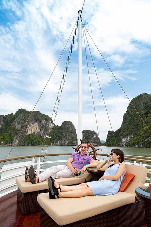 Tận hưởng giây phút thư giãn trên du thuyền Hạ Long. Hình: Sưu tầm