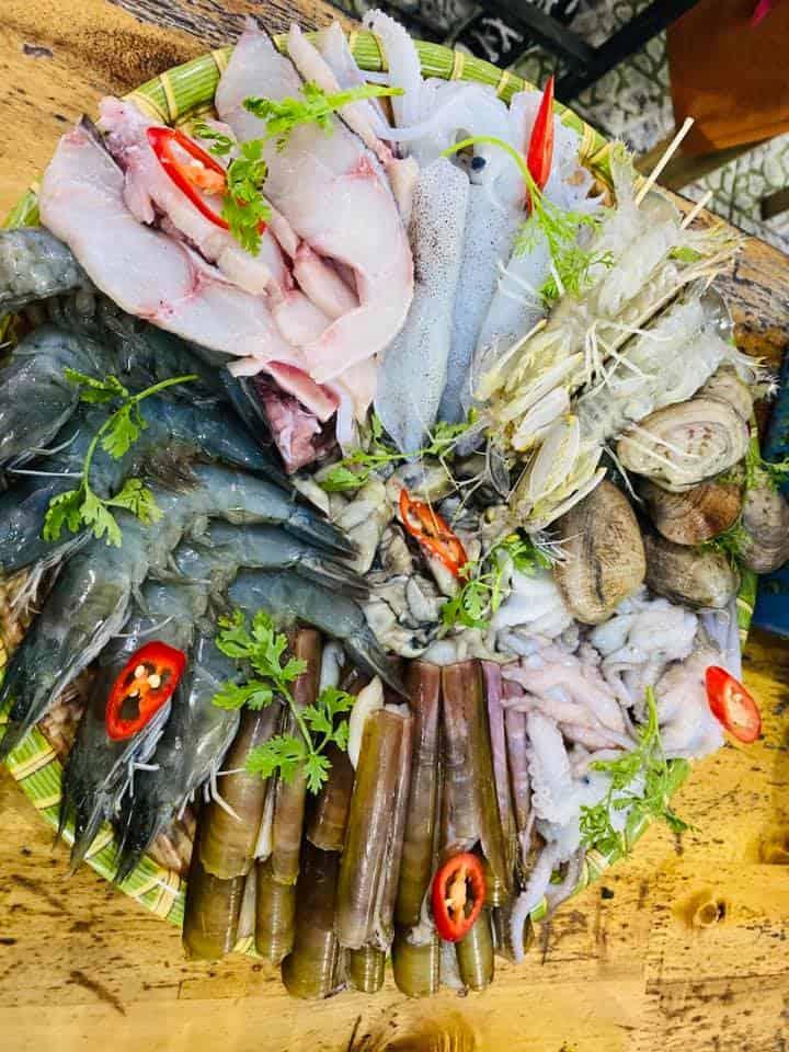 Dễ dàng thưởng thức món ngon từ hải sản tươi sống tại Bãi Đông với mức giá hợp lý - Nguồn ảnh: FB Ngọc Lan