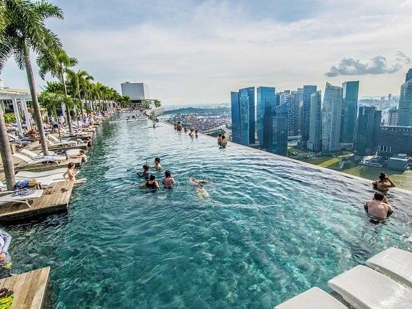 Hồ bơi vô cực hiện đại và sang trọng sử dụng miễn phí cho khách thuê phòng khách sạn - Nguồn ảnh: Internet