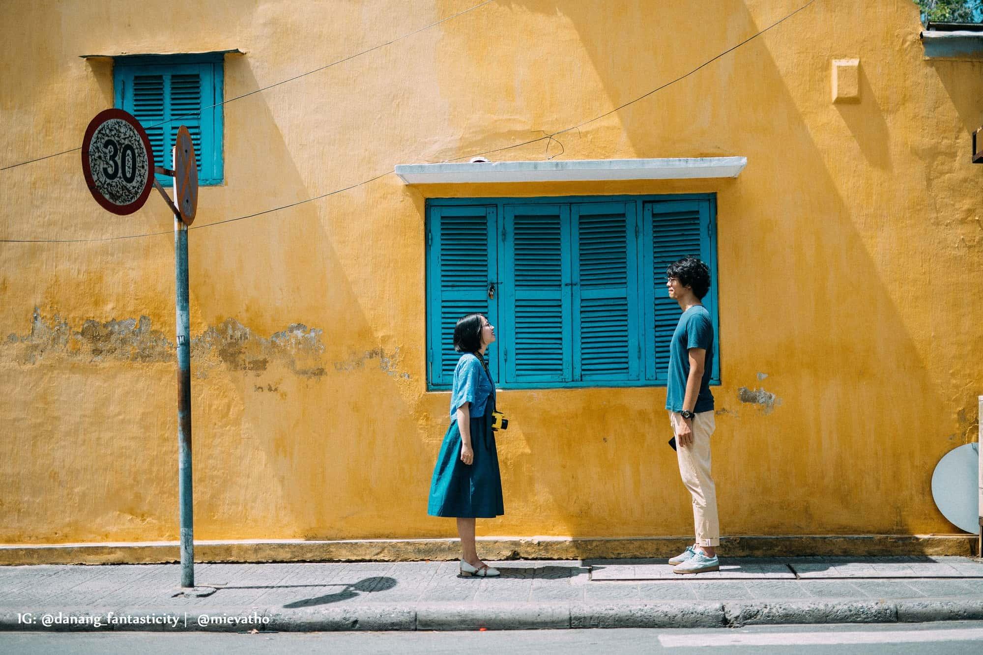 Những bức tường vàng cũng là background siêu xinh cho những chiếc hình của hai bạn. Hình: Instagram @mievatho