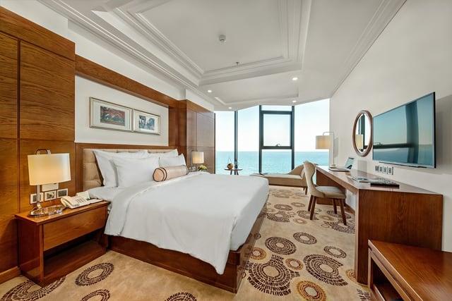 Phòng nghỉ với cửa sổ rộng bắt trọn cảnh biển