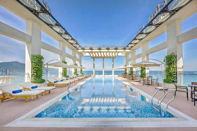 Bể bơi ngoài trời của khách sạn Paris Deli