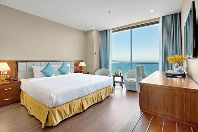 Nội thất một phòng nghỉ của Adamo hotel với cửa sổ lớn hướng biển