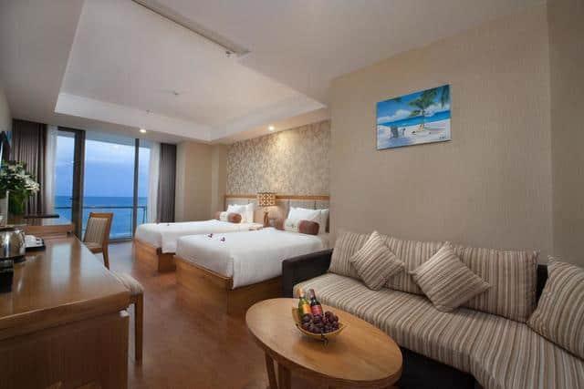 Nội thất phòng ngủ và khu vực tiếp khách của phòng đôi Superior tại Diamond Sea
