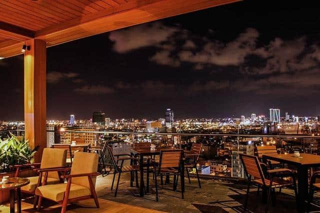 Quầy bar trên tầng thượng Diamond Sea hotel