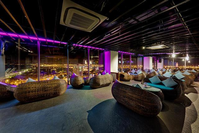 Quầy bar sang trọng trên tầng thượng của Adamo hotel
