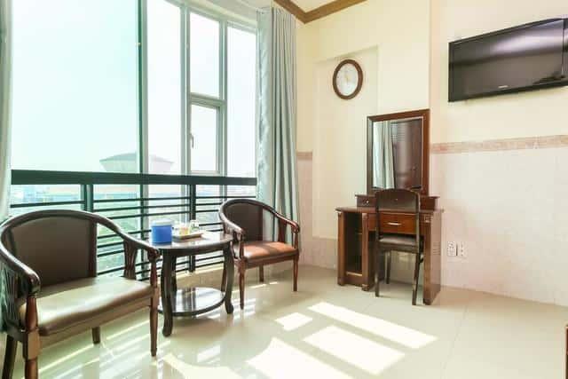 Ban công ngắm cảnh trong phòng nghỉ ngơi khách sạn Viễn Long