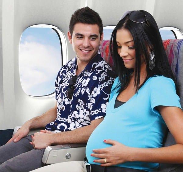 Bà bầu du lịch bằng máy bay cần lưu ý gì? - Nguồn ảnh: Internet
