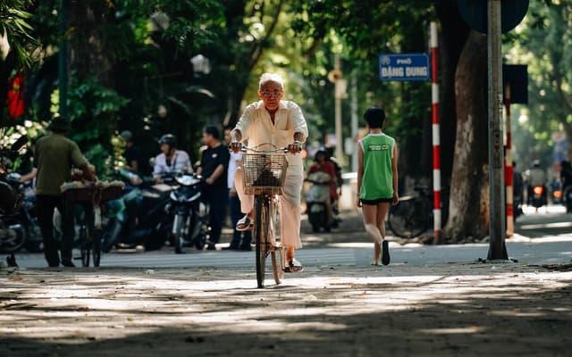 Hà Nội những ngày vào thu thời tiết vô cùng dễ chịu với nắng nhẹ, gió heo may len lỏi trên những con phố