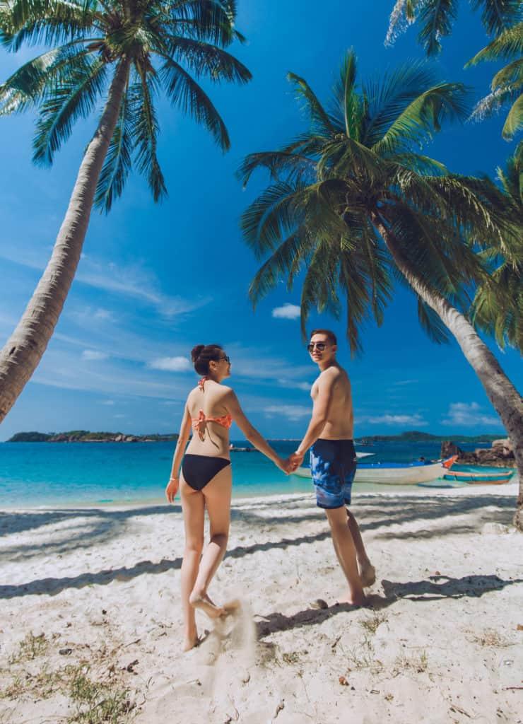 Nắm tay nhau giữa biển xanh nắng vàng Phú Quốc. Hình: Sưu tầm