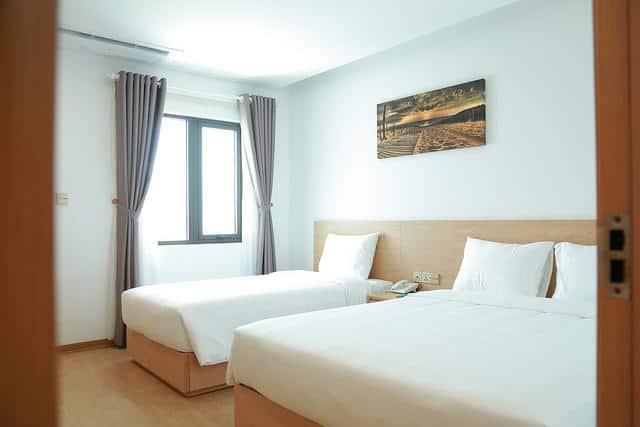 Tông trắng cùng màu nâu của gỗ tạo nên không gian tinh tế và tiện nghi cho các phòng nghỉ