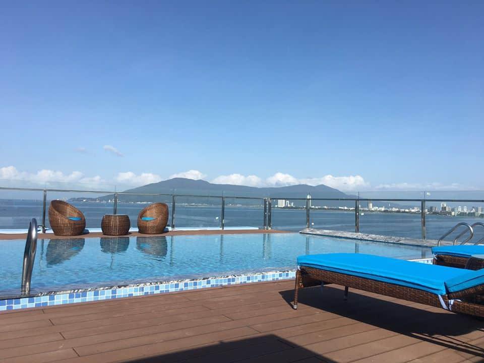 Khách sạn sở hữu hồ bơi với tầm nhìn rộng cùng làn nước trong xanh