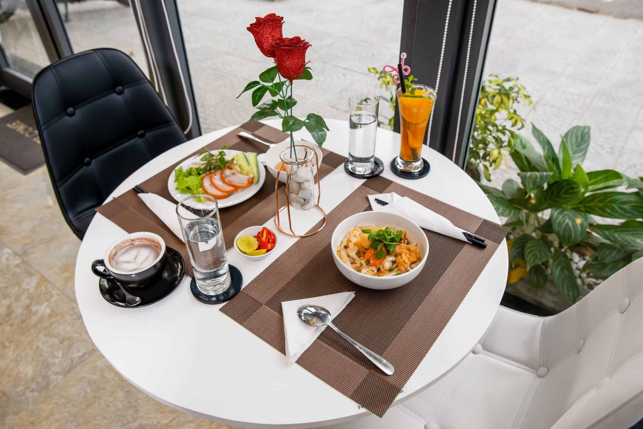 Bữa sáng với món ăn Châu Á phục vụ cho du khách tại Bamboo Hotel