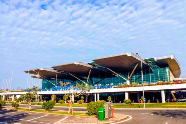 Trước sân bay có rất nhiều phương tiện đưa đón khách. Ảnh: Internet