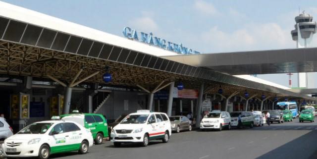 Có rất nhiều phương tiện di chuyển phía trước cổng sân bay. Ảnh: Internet