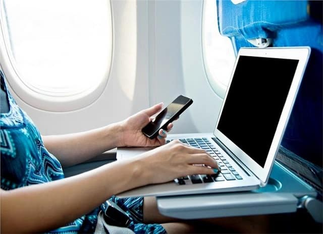 Chuẩn bị laptop và điện thoại có kết nối mạng internet để săn vé máy bay giá rẻ dễ dàng