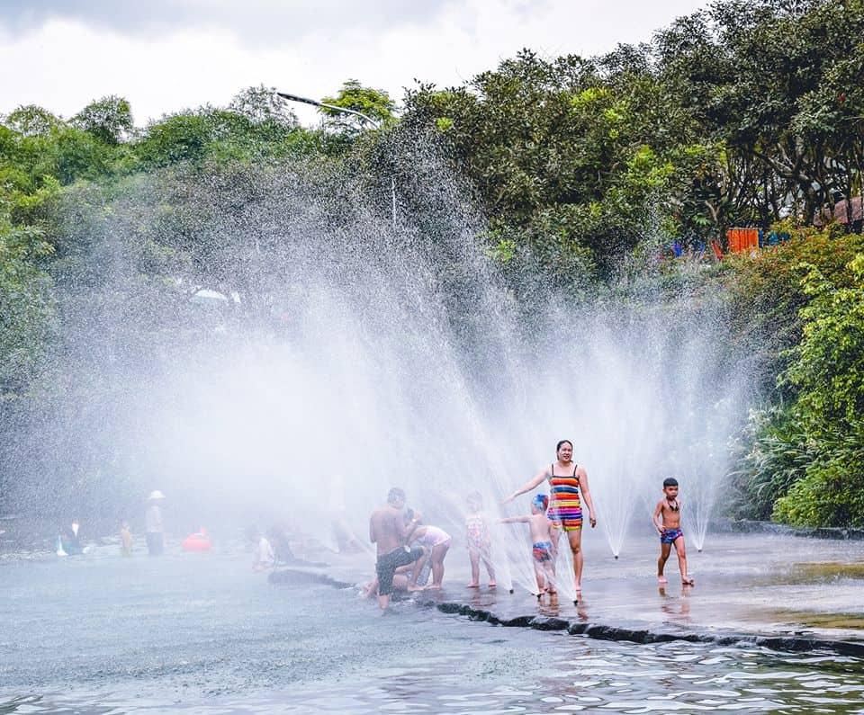 Tắm suối là hoạt động cực kỳ thú vị ở KDL Suối Mơ - Nguồn ảnh: Fanpage công viên Suối Mơ