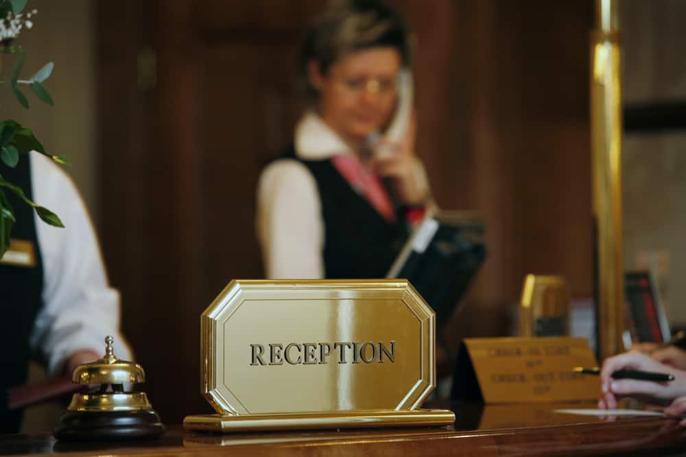 Thông báo với khách sạn để điều chỉnh lịch trình phù hợp