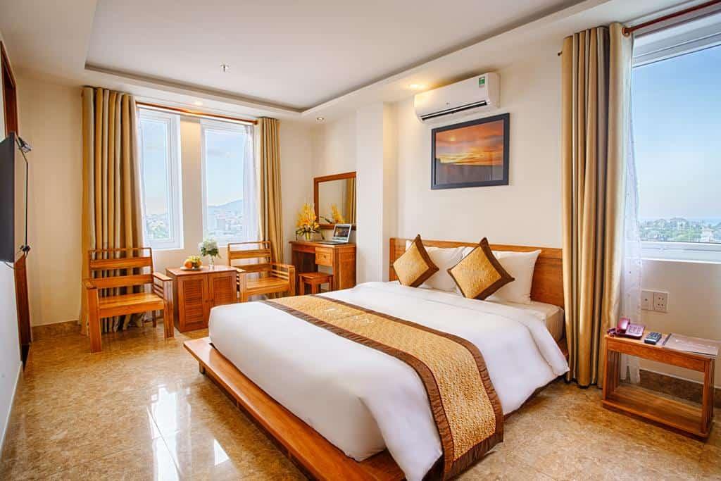 Phòng Deluxe Double ở Titan hotel sở hữu những cửa sổ rộng với view nhìn đẹp ra quang cảnh thành phố