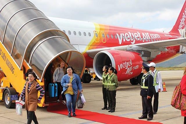 Đi máy bay về quê ăn tết vẫn sẽ gặp tình trạng đông đúc nhưng sẽ tiết kiệm thời gian di chuyển và an toàn hơn