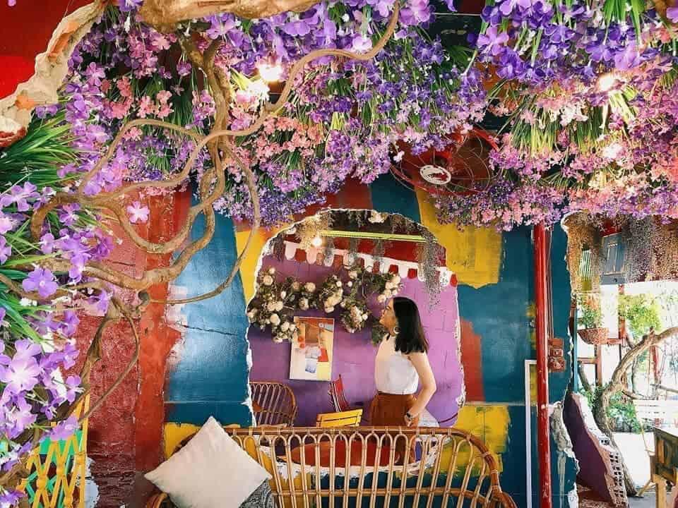 Đến Bonjour Cafe The Art check-in ngay tại Backround tím mộng mơ hot trend năm nay - Nguồn ảnh: Fanpage Bonjour Cafe The Art