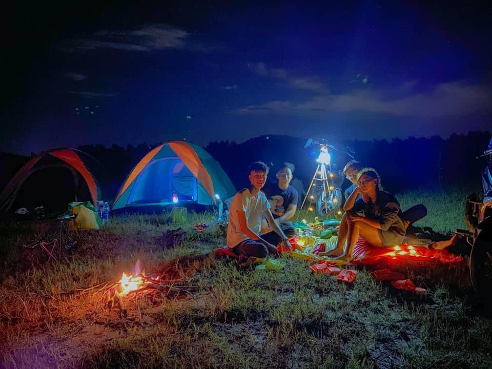 Một đêm với nhiều hoạt động giao lưu, ca hát thời khắc khó quên tại hồ Dầu Tiếng - Nguồn ảnh: FB Tiên Tí Tởn