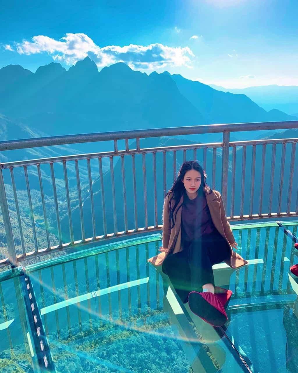 Chinh phục đỉnh Ô Quy Hồ trải nghiệm cầu kính trong suốt cực mới lạ - Nguồn ảnh: Chouchouchou