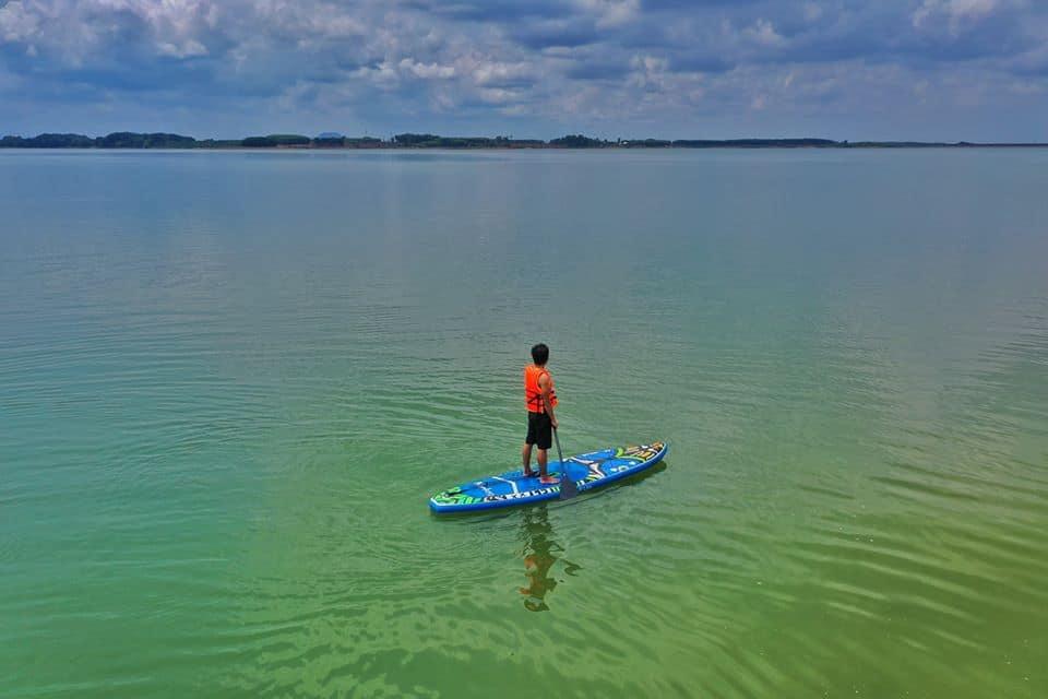 Chèo thuyền Sub giữa mặt hồ mênh mông - Nguồn ảnh: FB Ân Lê