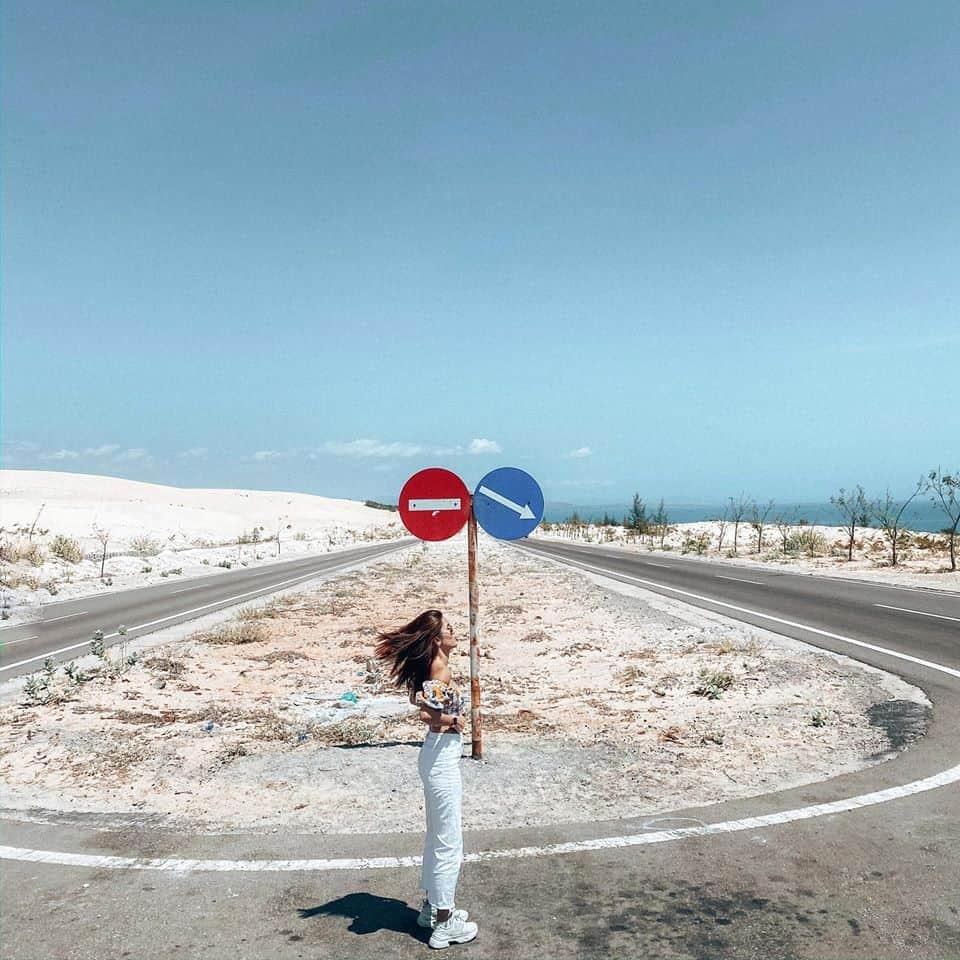 """Cung đường """"cát bay"""" Phan Thiết địa điểm check-in với backgruond ấn tượng - Nguồn ảnh: Internet"""