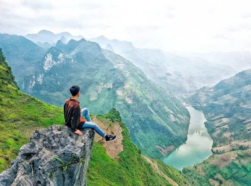 Từ trên đỉnh đèo Mã Pí Lèng phóng tầm mắt ra xa là cảnh đẹp ngút ngàn - Nguồn ảnh: Internet