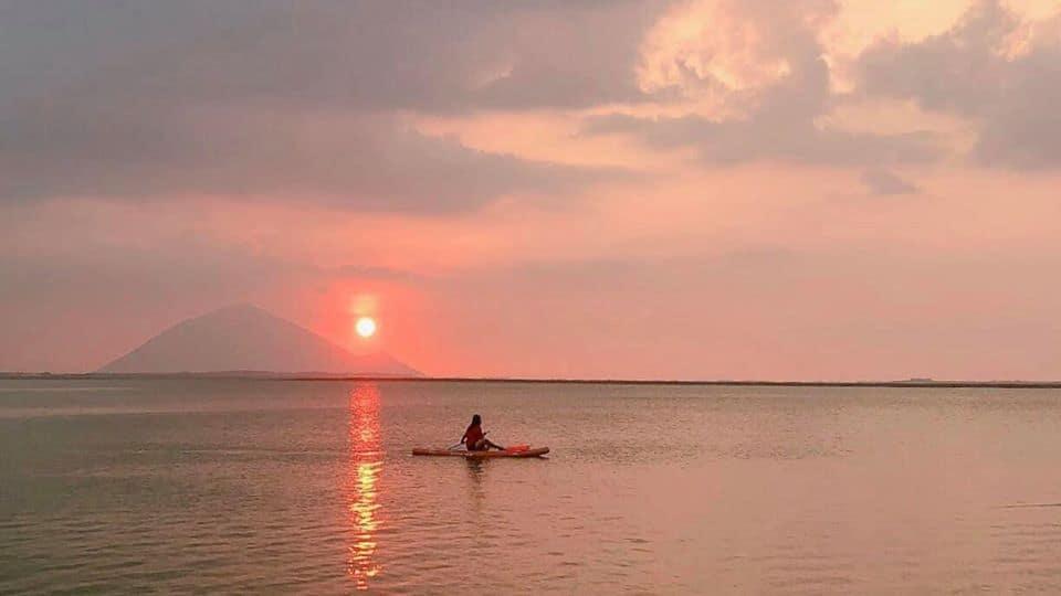 Khoảnh khắc hoàng hôn dần buông vô cùng ấn tượng trên hồ Dầu Tiếng Bình Dương - Nguồn ảnh: FB Nguyễn Trung