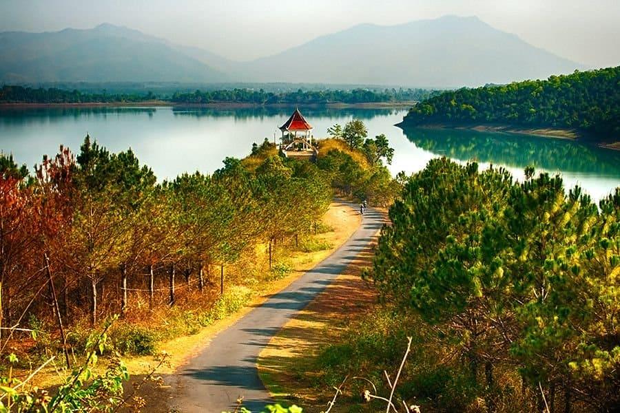 Biển Hồ T'nưng có vẻ đẹp quyến rũ thơ mộng cách không quá xa sân bay Gia Lai - Nguồn ảnh: Internet