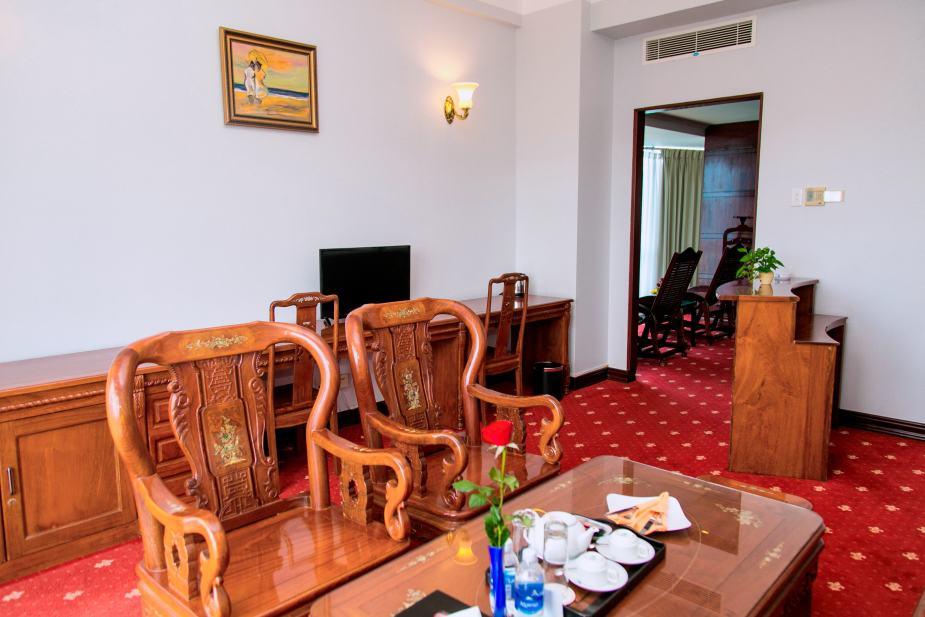 Phòng khách trong phòng President Suite