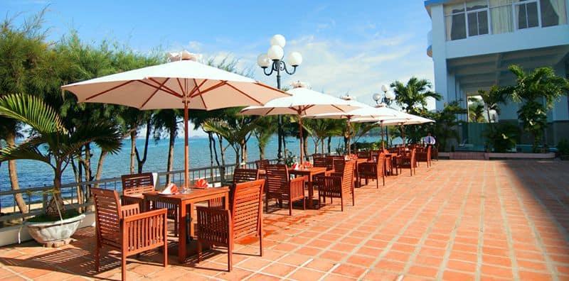 Nhà hàng Sân Vườn trải dài dọc theo khuôn viên khách sạn hướng xuống biển