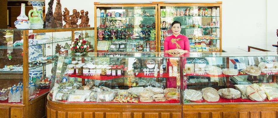 Quầy hàng lưu niệm bày bán những đặc sản quê hương Quy Nhơn