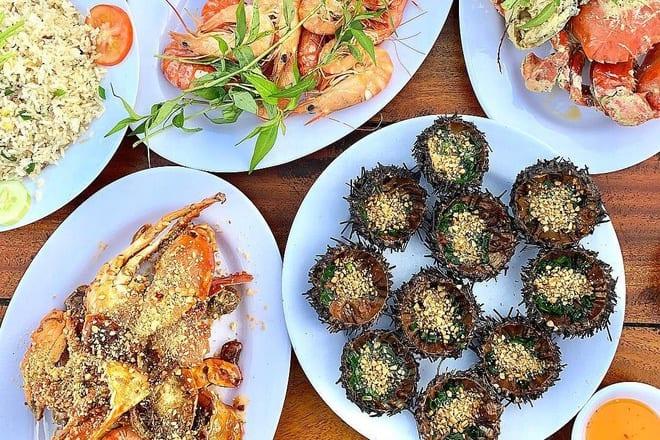 Làng chài Hàm Ninh cách sân bay Phú Quốc không xa, nơi thưởng thức hải sản ngon tuyệt vời - Nguồn ảnh: Internet