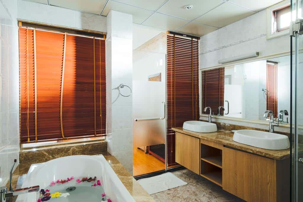 Phòng tắm đầy đủ tiện nghi, có bồn tắm