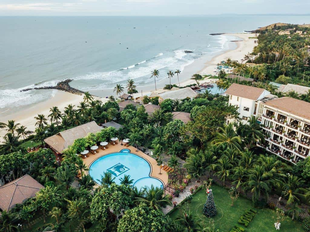 Lotus Muine Resort & Spa đối diện với mặt biển trải dài 80m